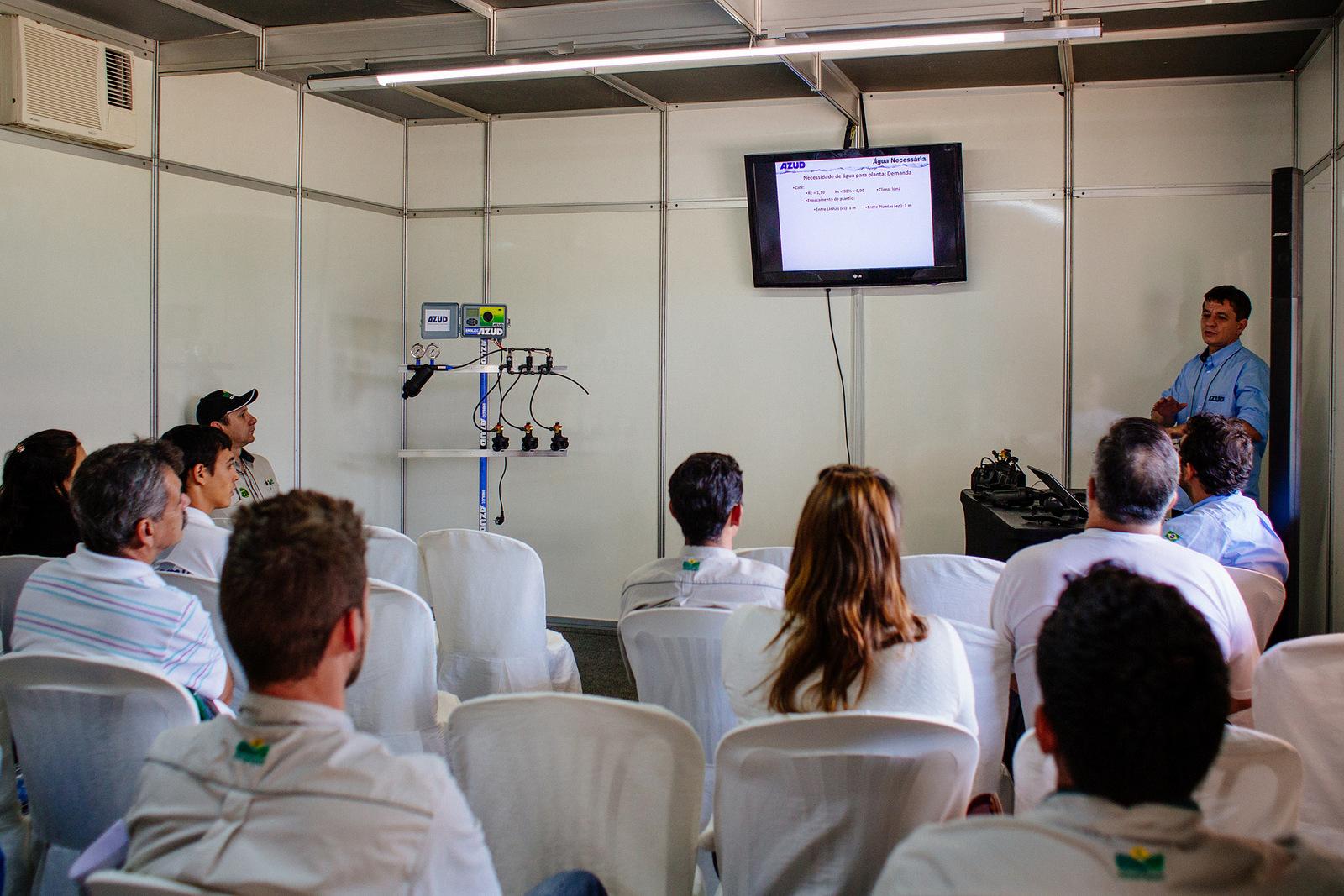 Workshop sobre automatização na irrigação ministrado por Zenilton Brito,...